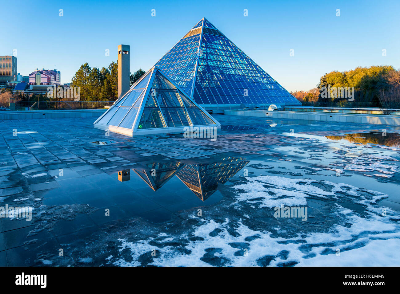 Muttart Conservatory Pyramiden, einen botanischen Garten in Edmonton, Alberta, Kanada Stockbild