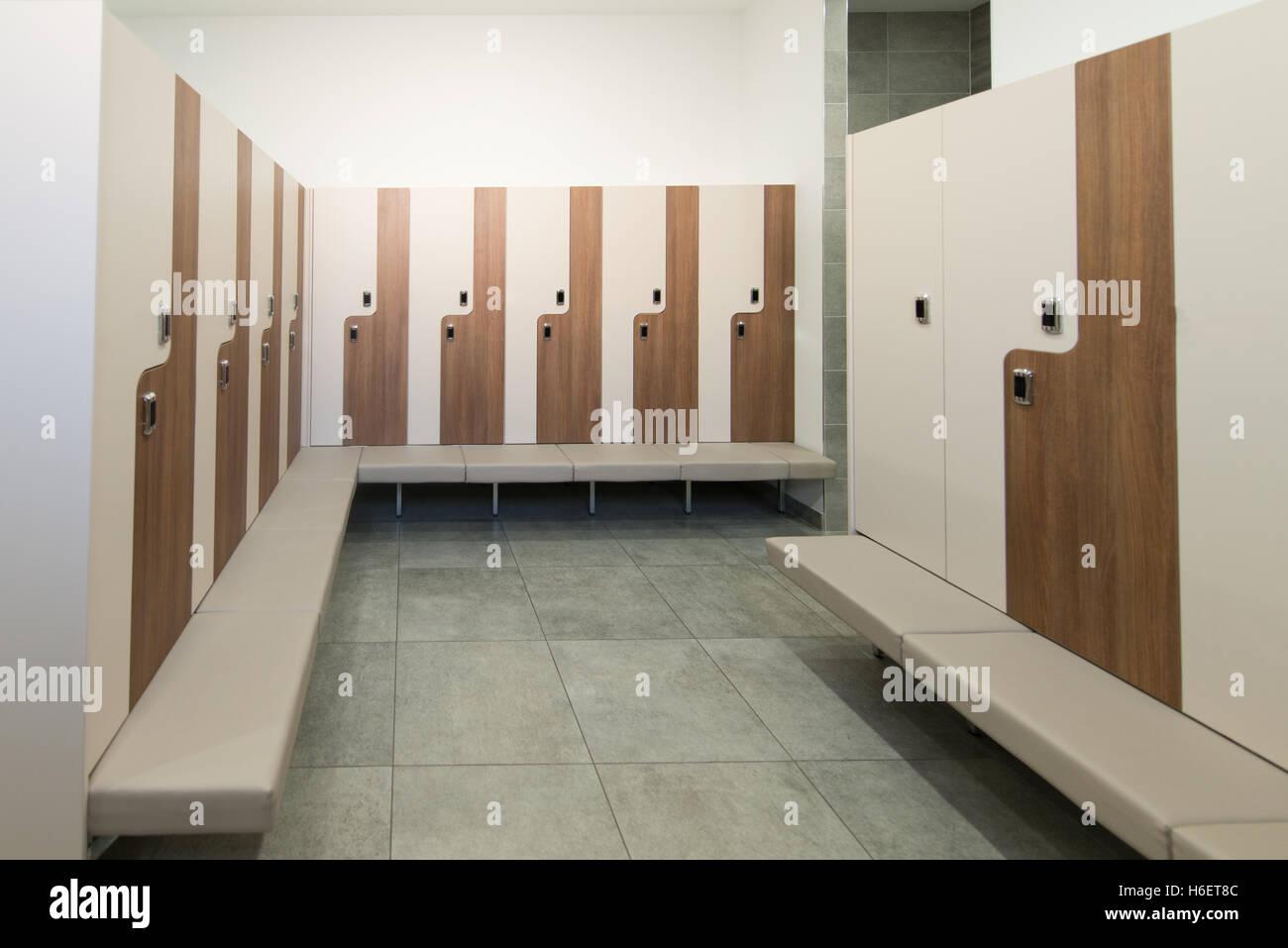 Modernes Interieur des Schrankes Umkleide im Fitness-Center Fitness ...
