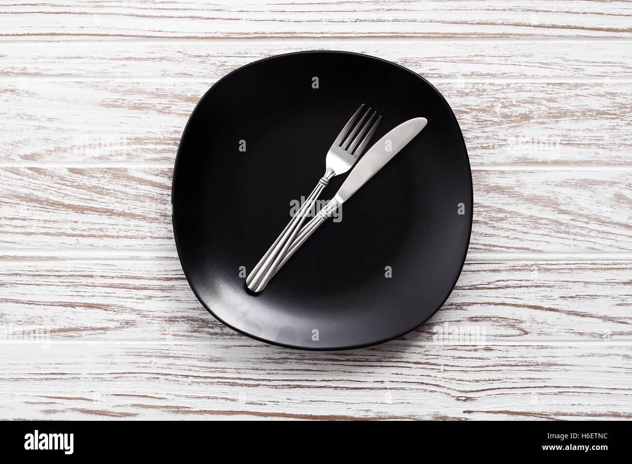 leeren Teller Gabel Messer Besteck weiße Holztisch Hintergrund Stillleben Vintage flach zu legen Stockbild