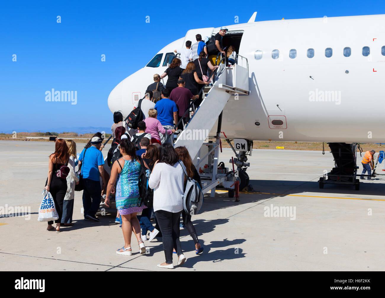 Fluggästen eine kommerzielle Düsenflugzeug am internationalen Flughafen Rhodos Diagoras. Stockbild