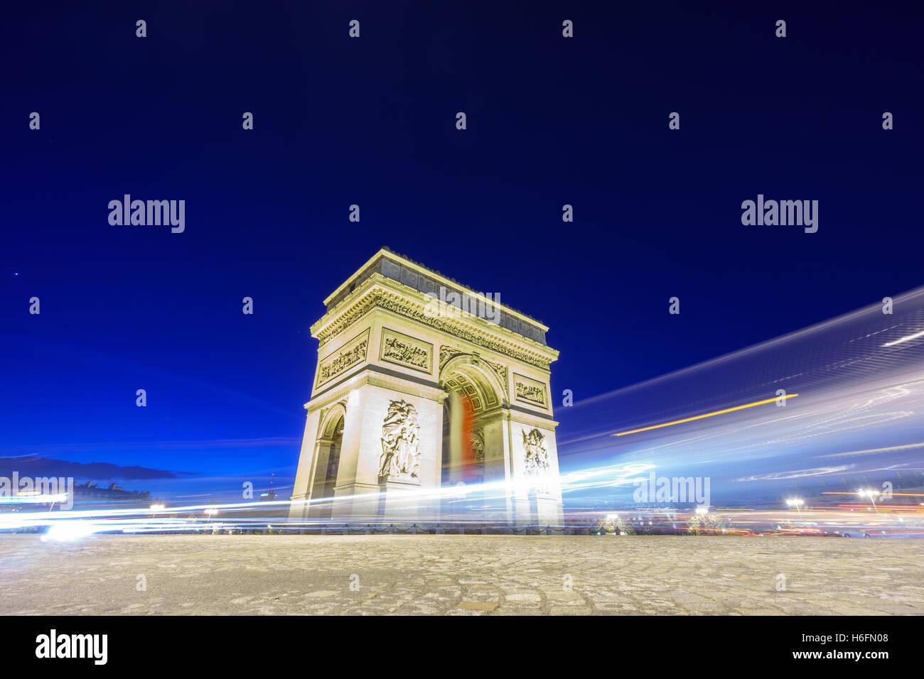 Arc de Triomphe und unscharfen Verkehr nachts Stockbild