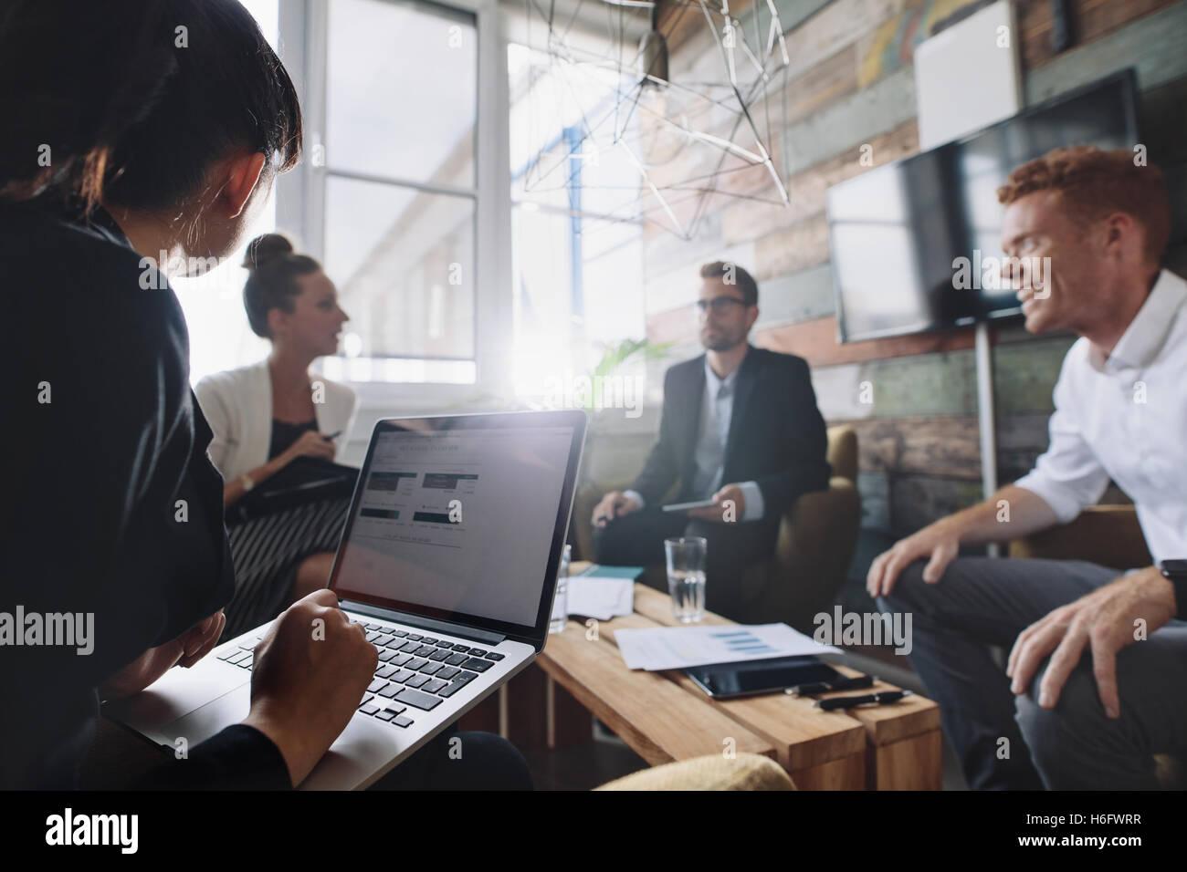Geschäftsfrau arbeiten am Laptop sitzen in Treffen mit Kollegen. Geschäftsleute im Tagungsraum. Stockbild