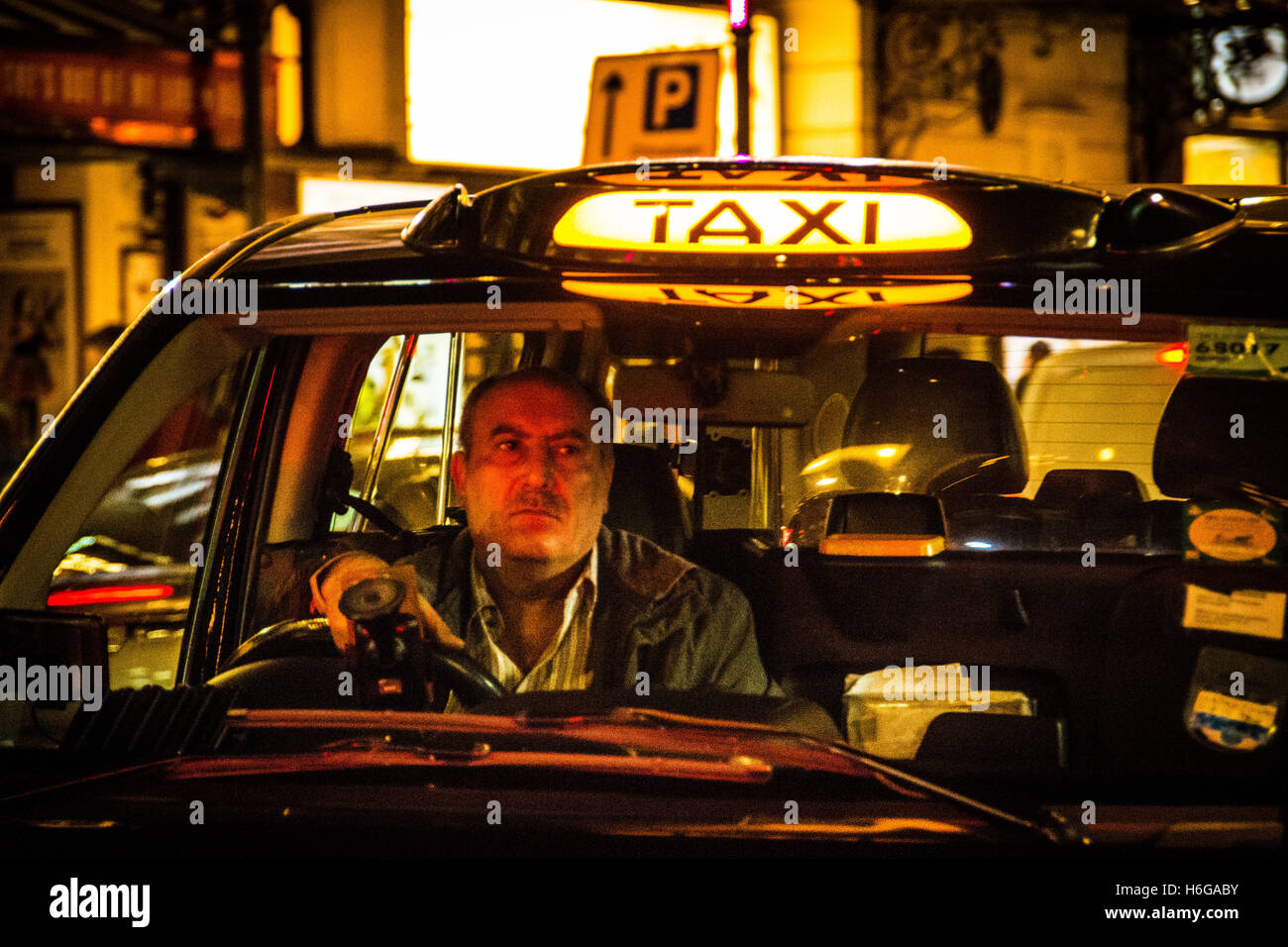 taxi sign night uk stockfotos taxi sign night uk bilder. Black Bedroom Furniture Sets. Home Design Ideas