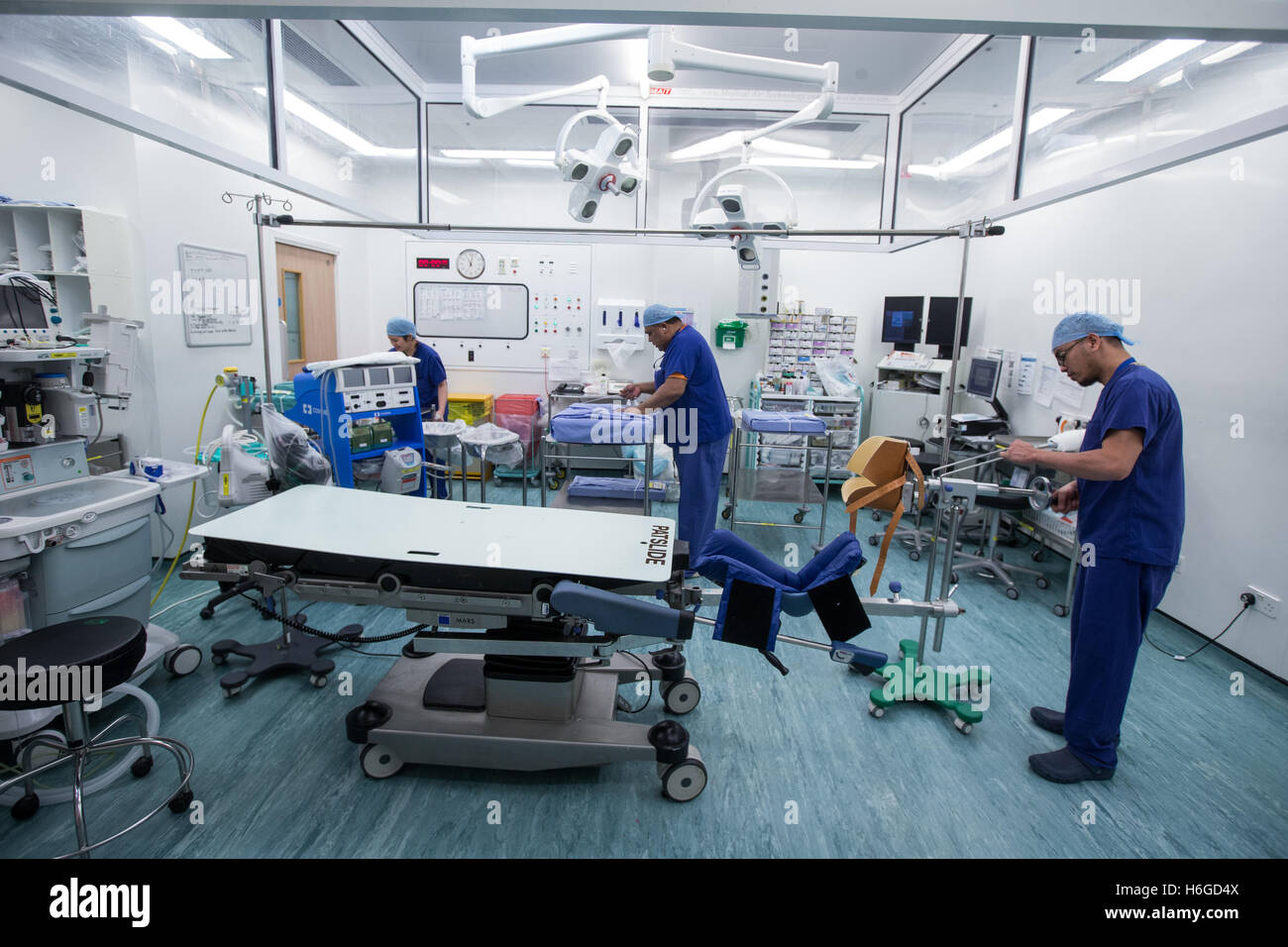 Krankenhauspersonal im Operationssaal, die Vorbereitung auf eine operation Stockbild