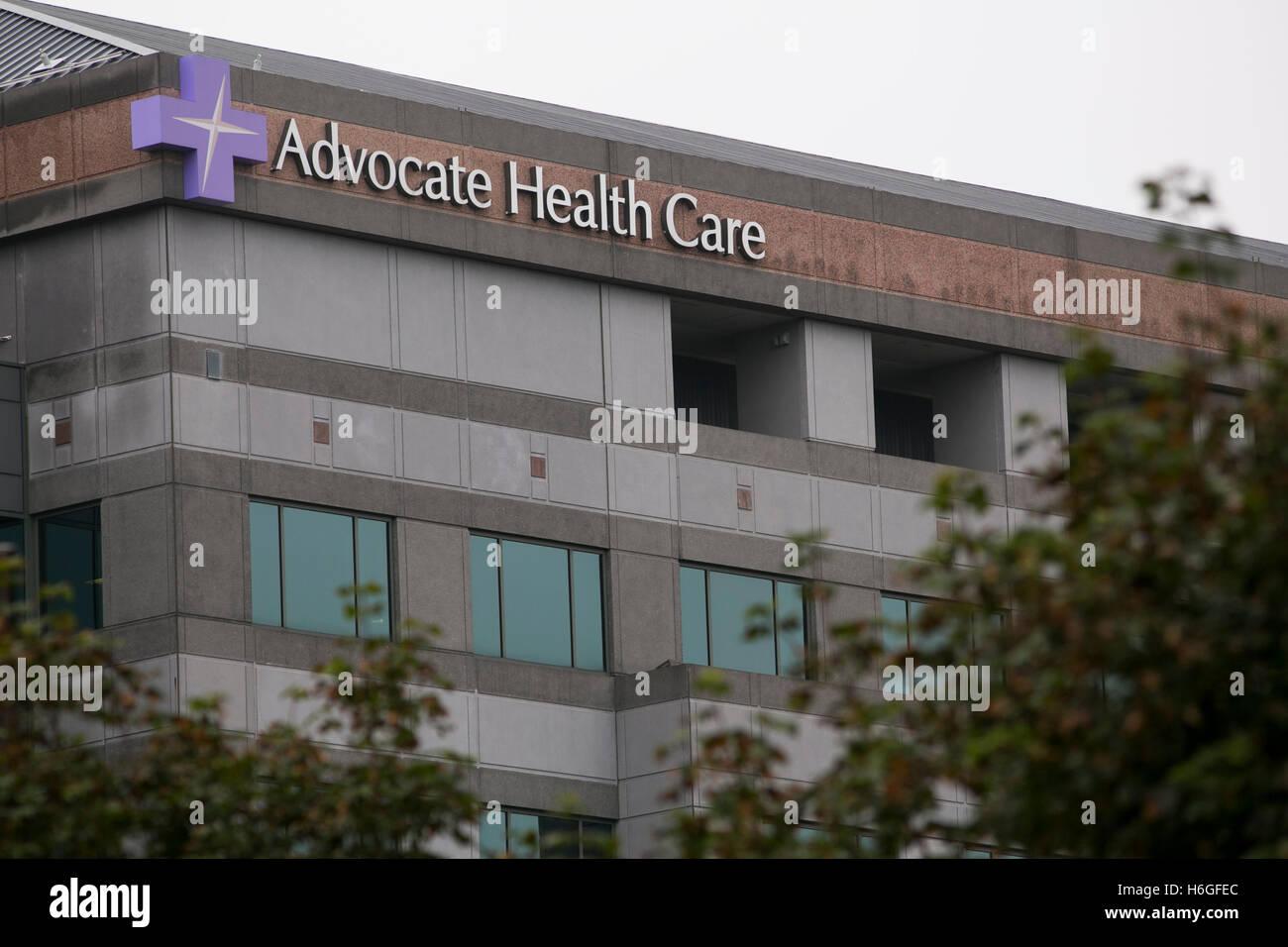 Ein Logo Zeichen außerhalb der Hauptsitz der Advocate Health Care in Downers Grove, Illinois am 15. Oktober Stockbild