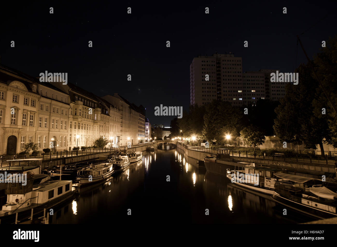 BERLIN - Juni 18: Night Time-Ansicht eines Flusses in Berlin, Deutschland am 18. Juni 2012 Stockbild