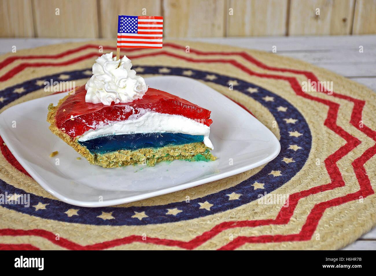 Roten Und Blauen Wackelpudding Torte Mit Geschlagener Sahne Und