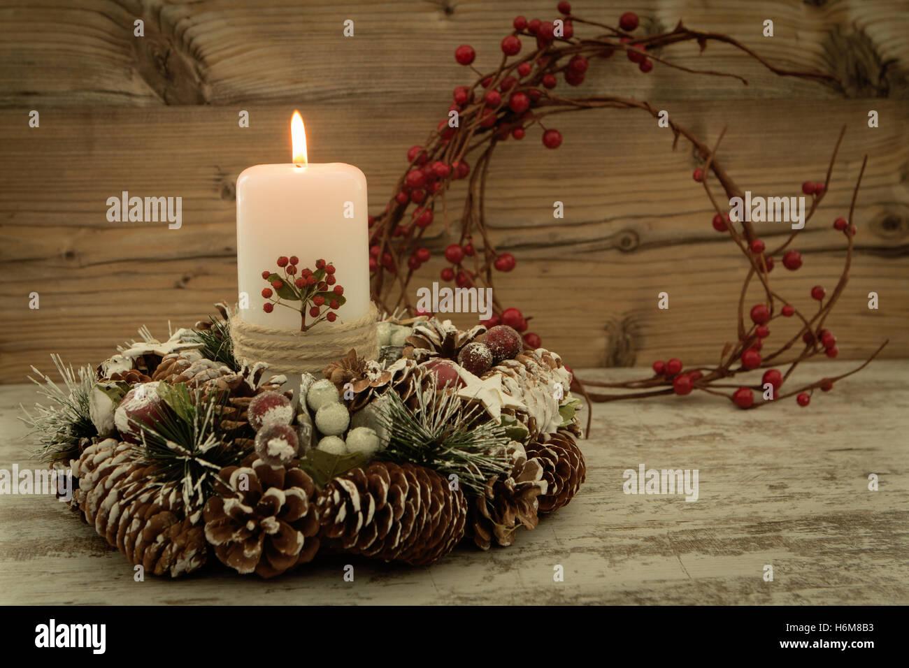 Nice Elegante Herzstück Für Den Weihnachtstisch Mit Einer Kerze Auf Einem  Natürlichen Kranz Nice Look