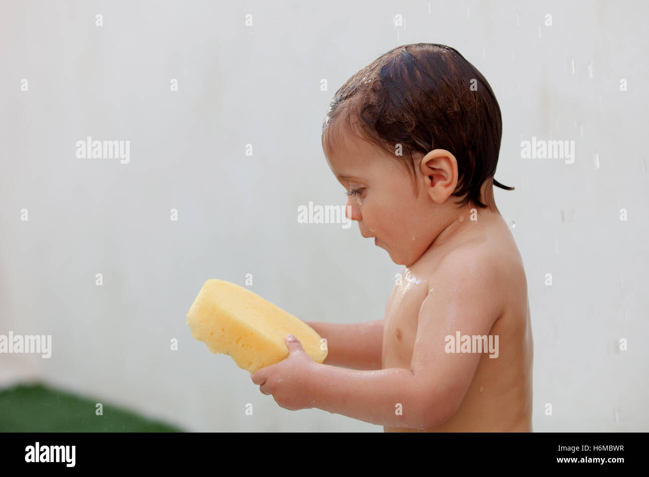 lustige kinder duschen im hof f r einen sommernachmittag stockfoto bild 124608899 alamy. Black Bedroom Furniture Sets. Home Design Ideas