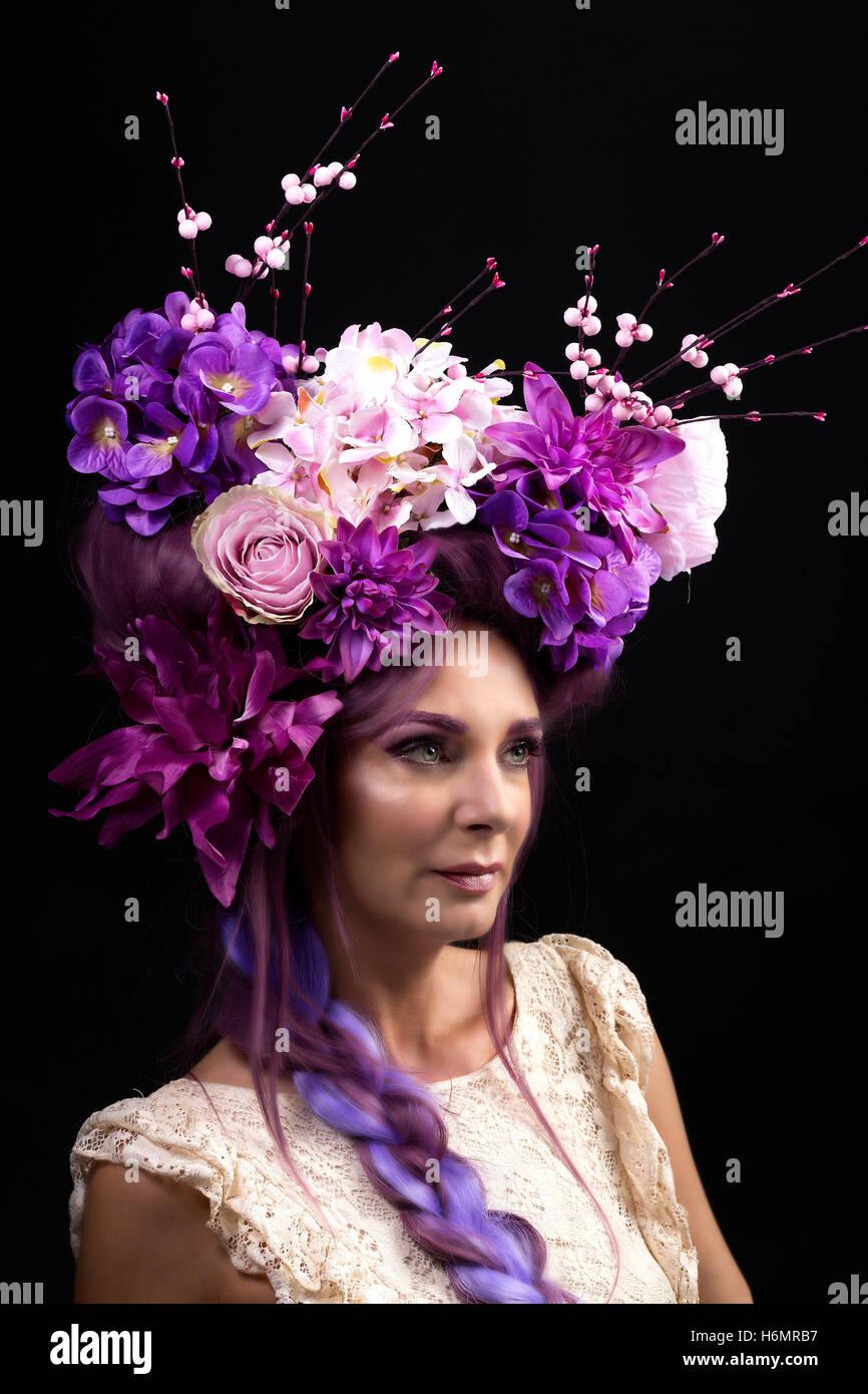 Modell Frau mit architektonischen floral lila Haarteil