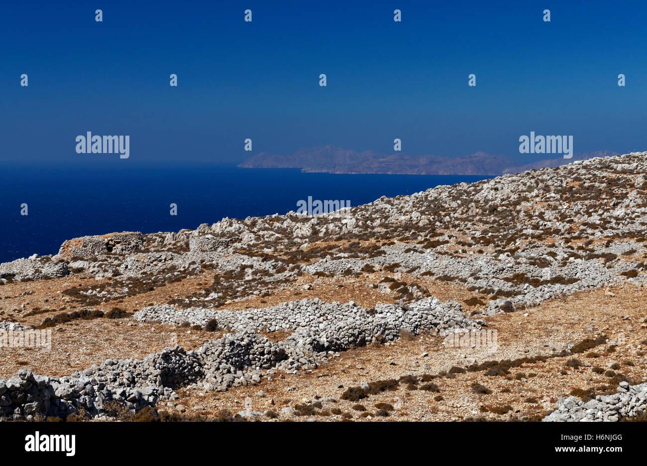 Das gebirgige Landesinnere der Insel Chalki mit Tilos-Insel in der Ferne, in der Nähe von Rhodos, Dodekanes, Stockbild