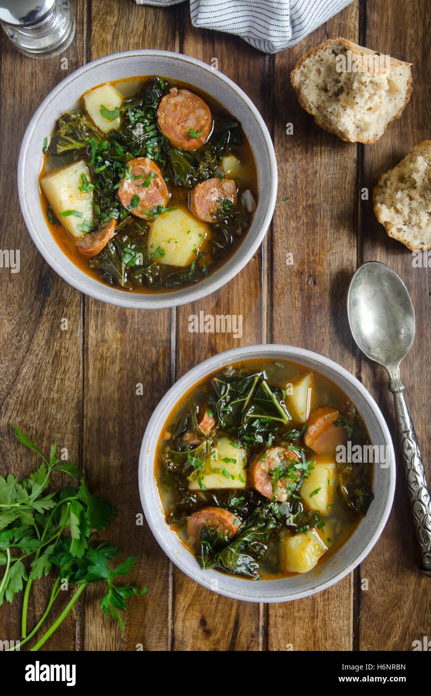 Grünkohl, Kartoffel-Chorizo-Suppe Stockfoto
