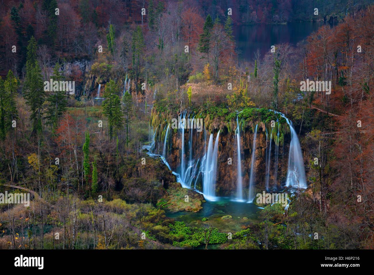 Plitvice-Wasserfall im Herbst. Bild des Wasserfalls befindet sich im Nationalpark Plitvice, Kroatien während Stockbild