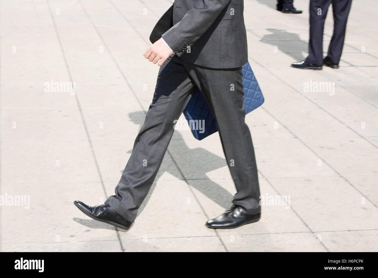 Beine Fuß gehen Sie gehen zu Fuß Männer Mann Schuhe Pflaster ...