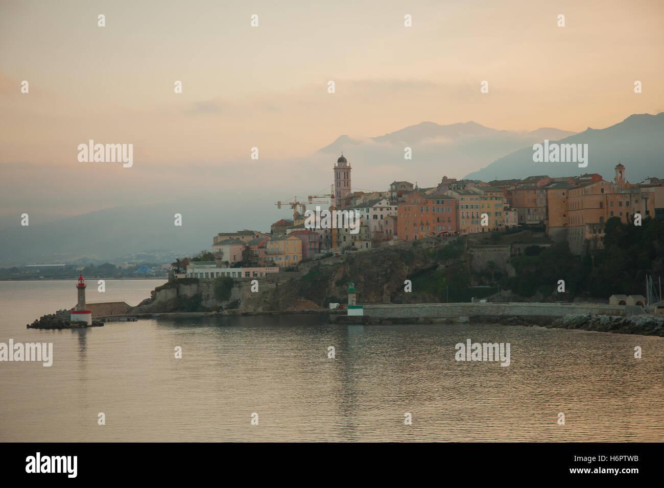 Die Terranova (neues Quartal) bei Sonnenuntergang in Bastia, Korsika, Frankreich Stockbild