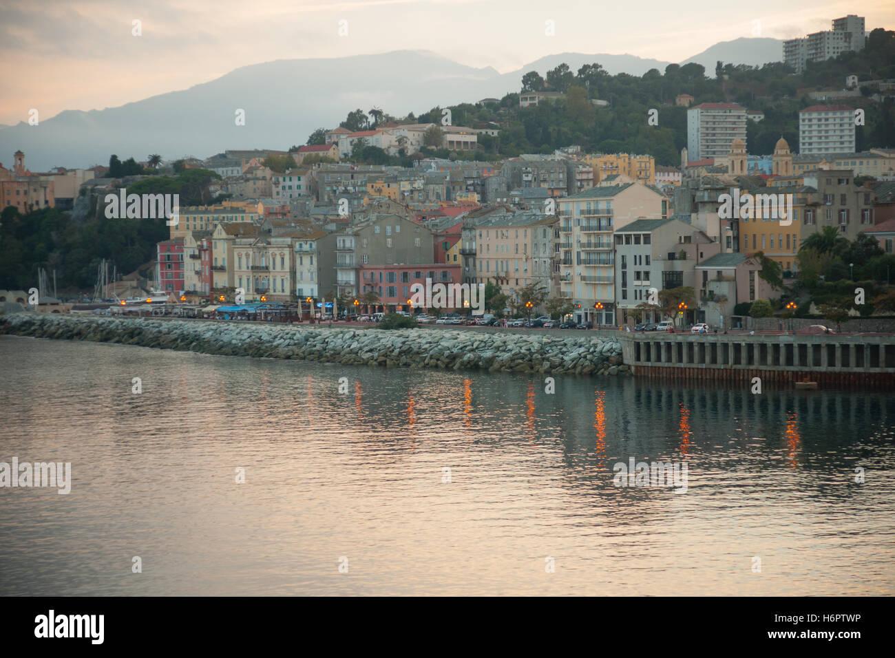 Die Terra Vecchia (Altstadt) bei Sonnenuntergang in Bastia, Korsika, Frankreich Stockbild