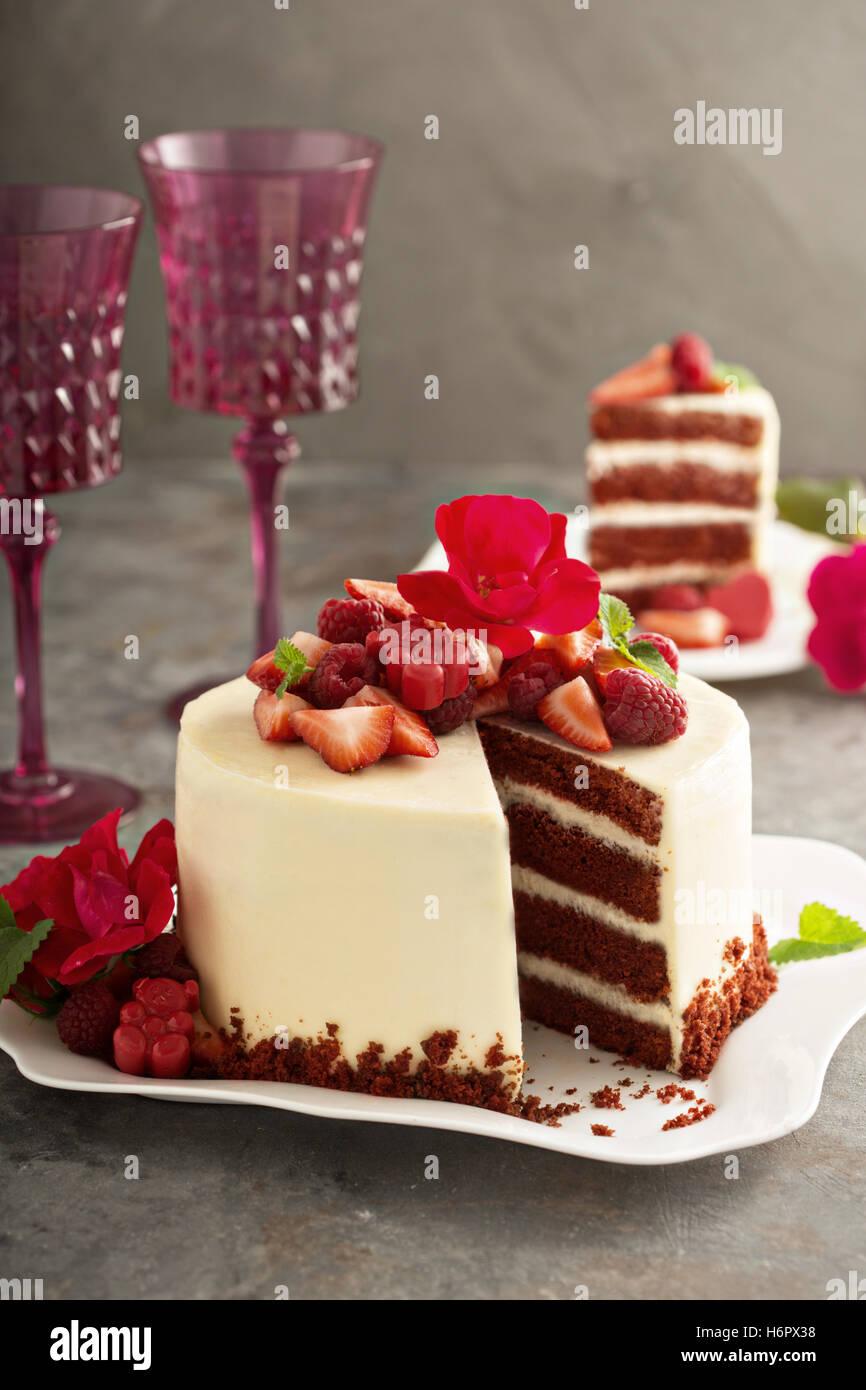 Roter Samt Kuchen Mit Erdbeeren Verziert Stockfoto Bild 124663932