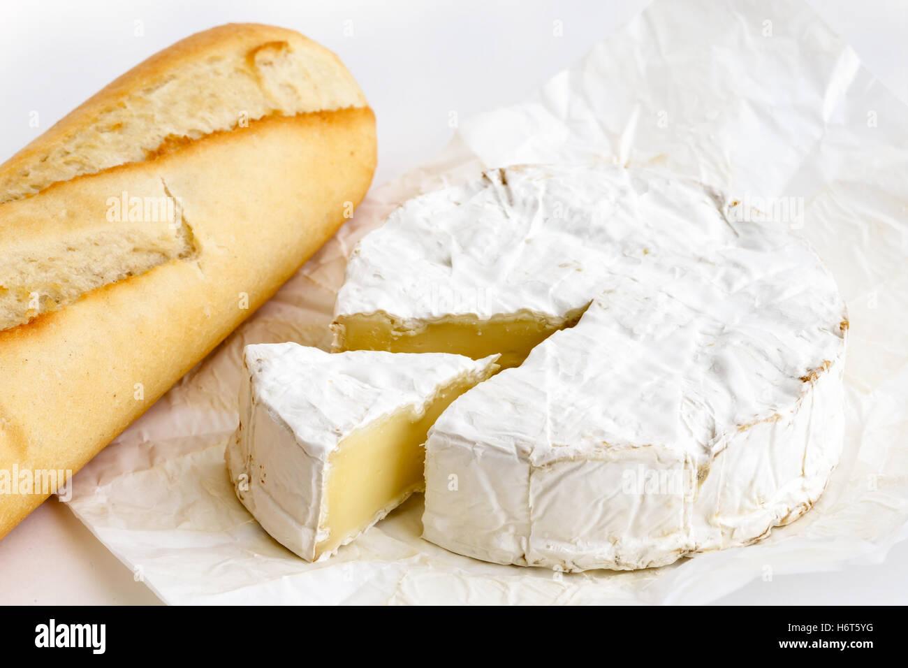 Detail Des Weißen Schimmel Käse Verpackt Mit Baguette Auf Weiß