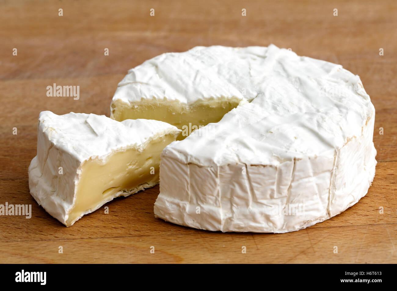 Weißer Schimmel Käse Mit Geschnittenen Scheibe Isoliert Auf Holz