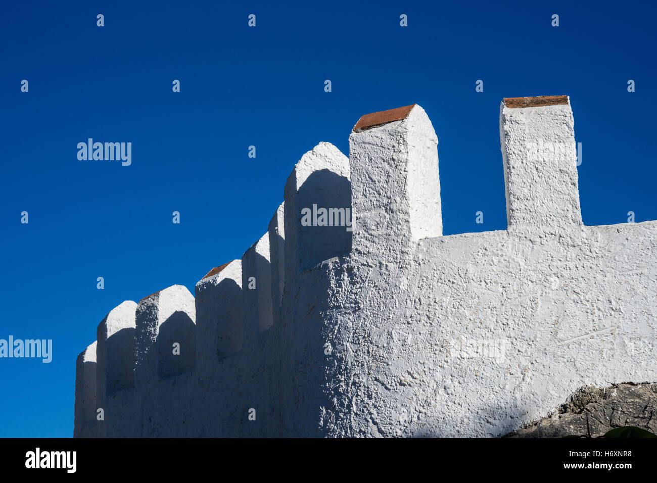 Weißen Wände des Castillo de Comares in Andalusien, Spanien Stockbild
