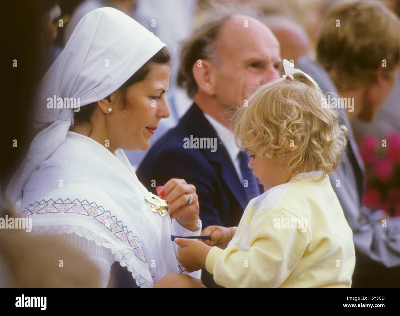 konigin-silvia-in-tracht-mit-prinzessin-madeleine-kronprinzessin-victorias-1986-in-borgholm-oland-geburtstag-h6y5cd.jpg