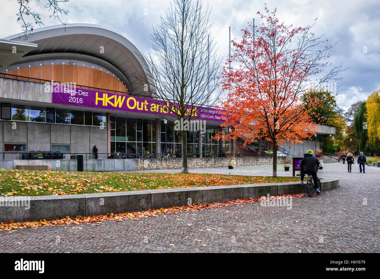 HKW, Haus der Kulturen der Welt, Haus der Kulturen der Welt-Kongress-Saal und Kulturraum im Herbst, Berlin Stockbild
