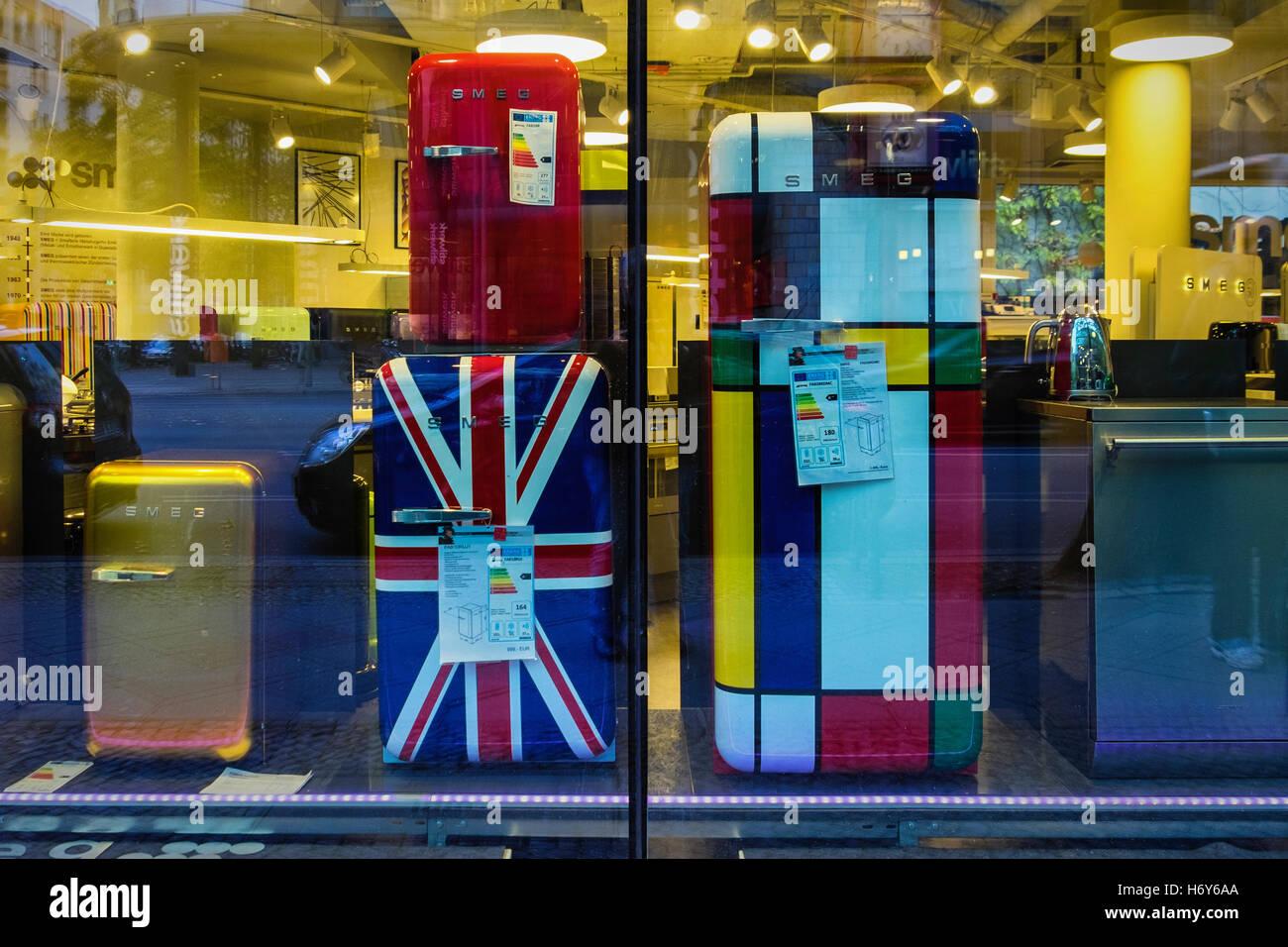 Retro Kühlschrank Deutschland : Berlin smeg display schaufenster. shop verkauft bunte retro