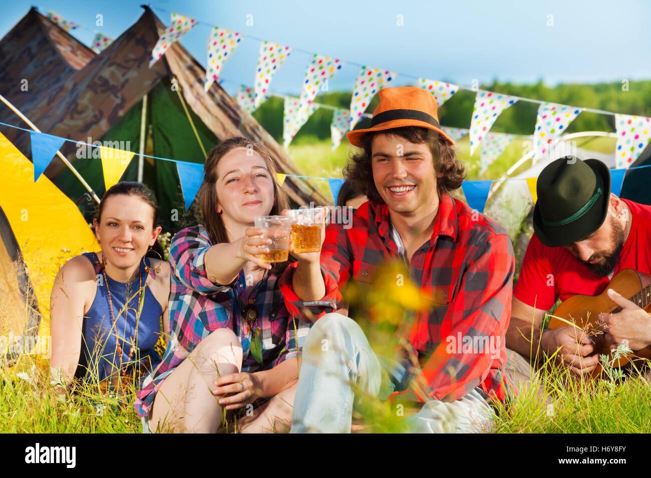 Jugendliche trinken beim Sommerfest Stockfoto