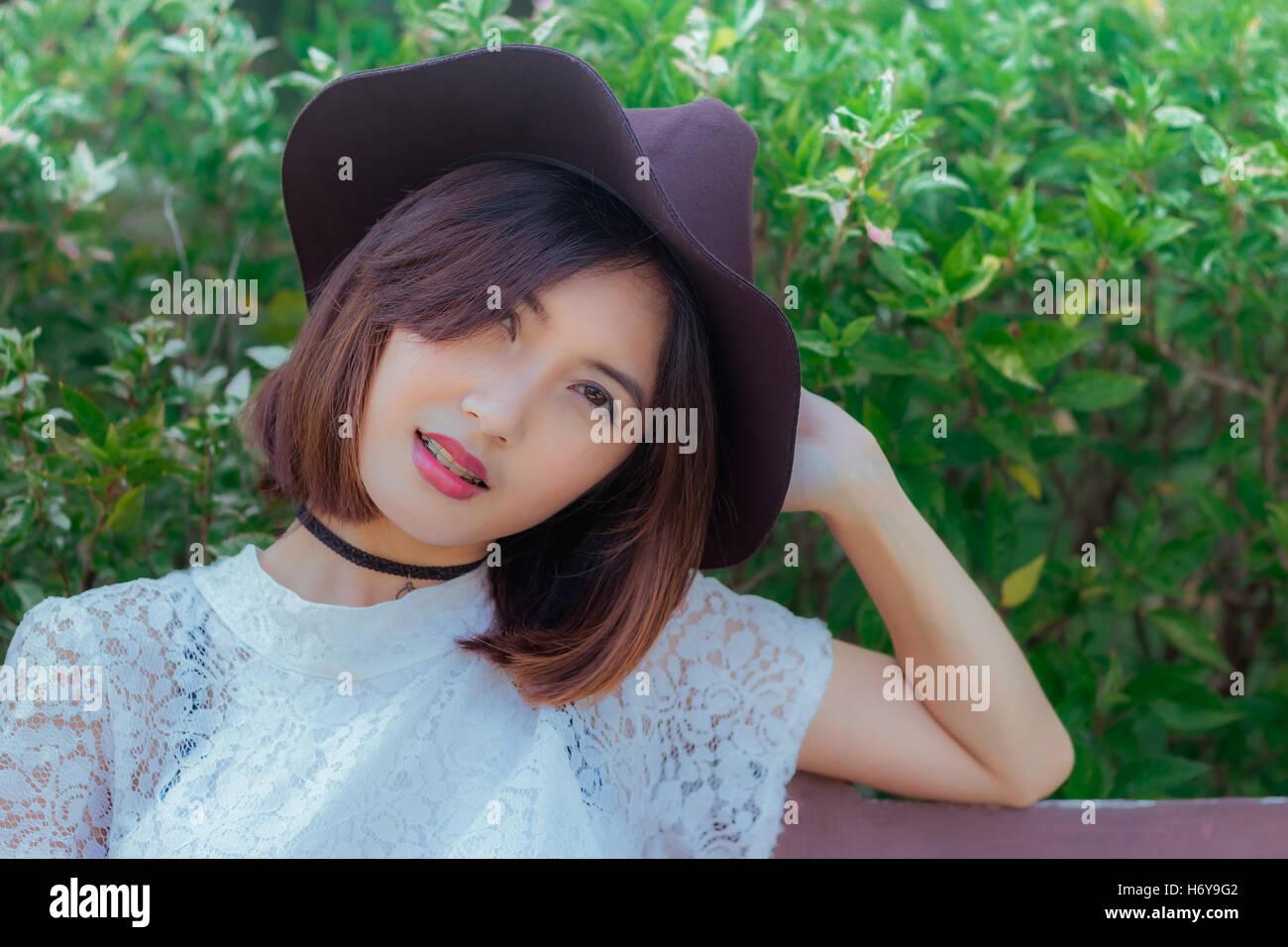 Frau perfekt asiatisches Gesicht in einem Park und Blick in die Kamera Stockbild