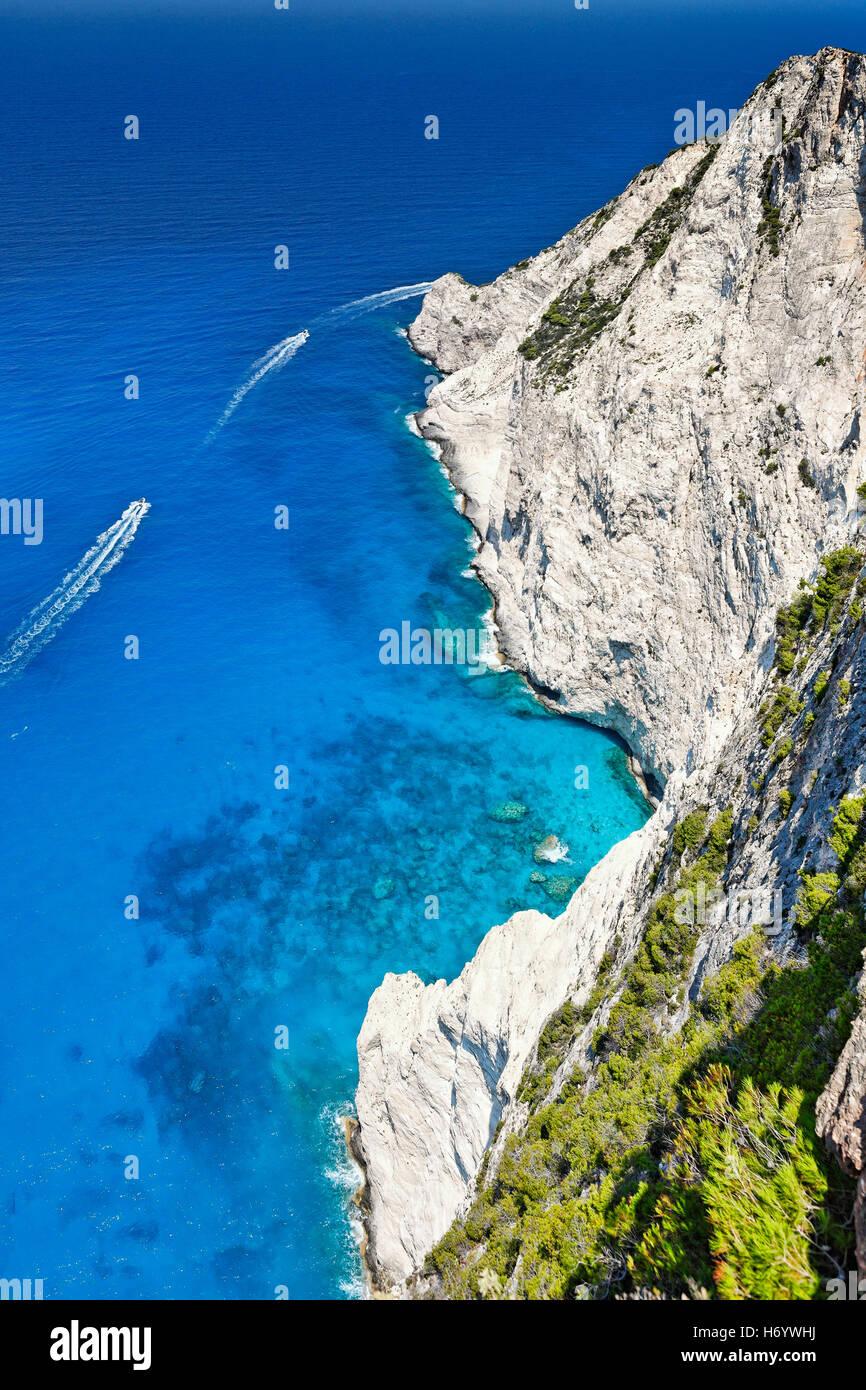 Der wunderschönen türkisfarbenen Meer in der Nähe von Navagio in Zakynthos Island, Griechenland Stockbild