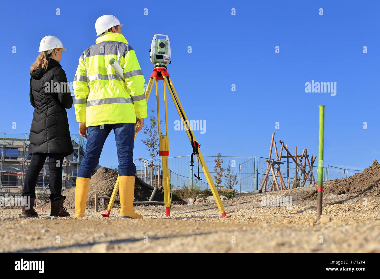 Ein Architekt und Vermesser auf einer Baustelle zurück Blick Stockbild