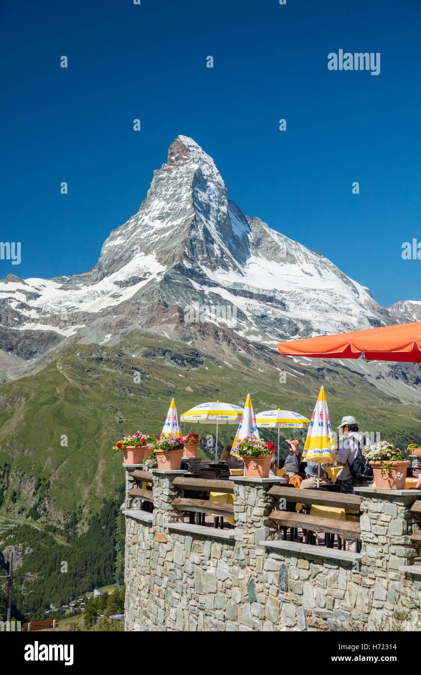 Buffet-Bar Sunnegga unter dem Matterhorn, Zermatt, Walliser Alpen, Wallis, Schweiz. Stockbild