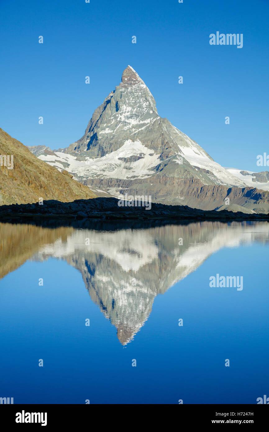 Das Matterhorn spiegelt sich in den Riffelsee, Zermatt, Walliser Alpen, Wallis, Schweiz. Stockbild