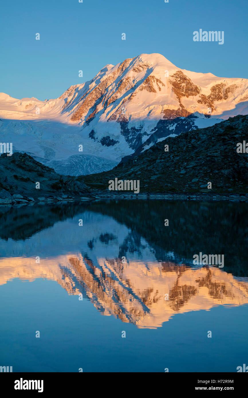 Abend-Reflexion der Liskamm im Riffelsee, Zermatt, Walliser Alpen, Wallis, Schweiz. Stockbild