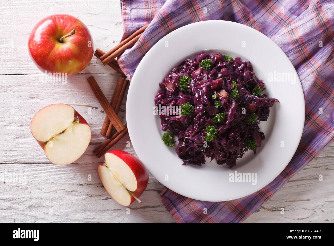 geschmorter Rotkohl mit Äpfeln und Zimt close-up auf dem Tisch. horizontale Ansicht von oben Stockbild