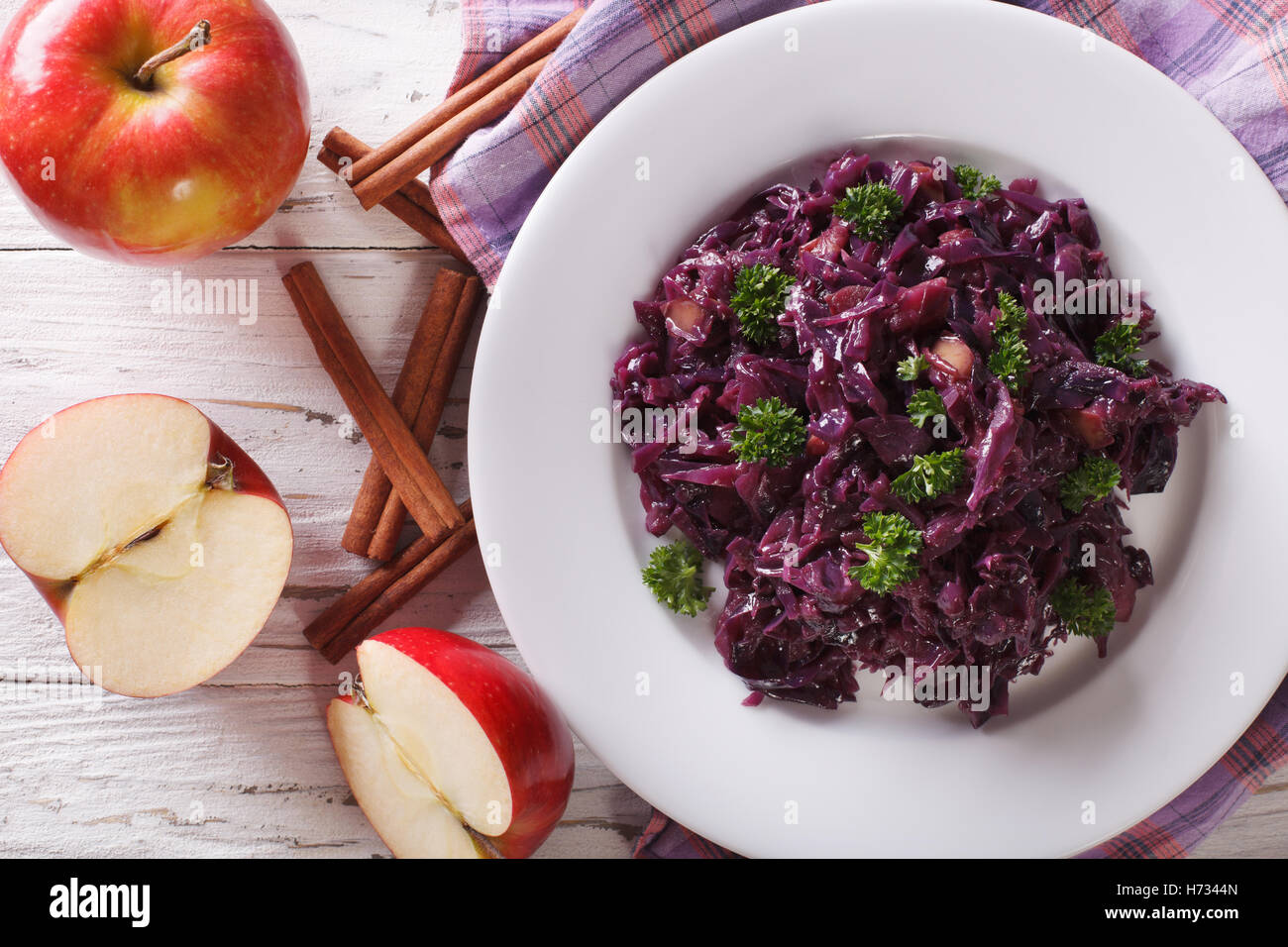 geschmorter Rotkohl mit Äpfeln hautnah auf einem Teller. Horizontale Ansicht von oben Stockbild