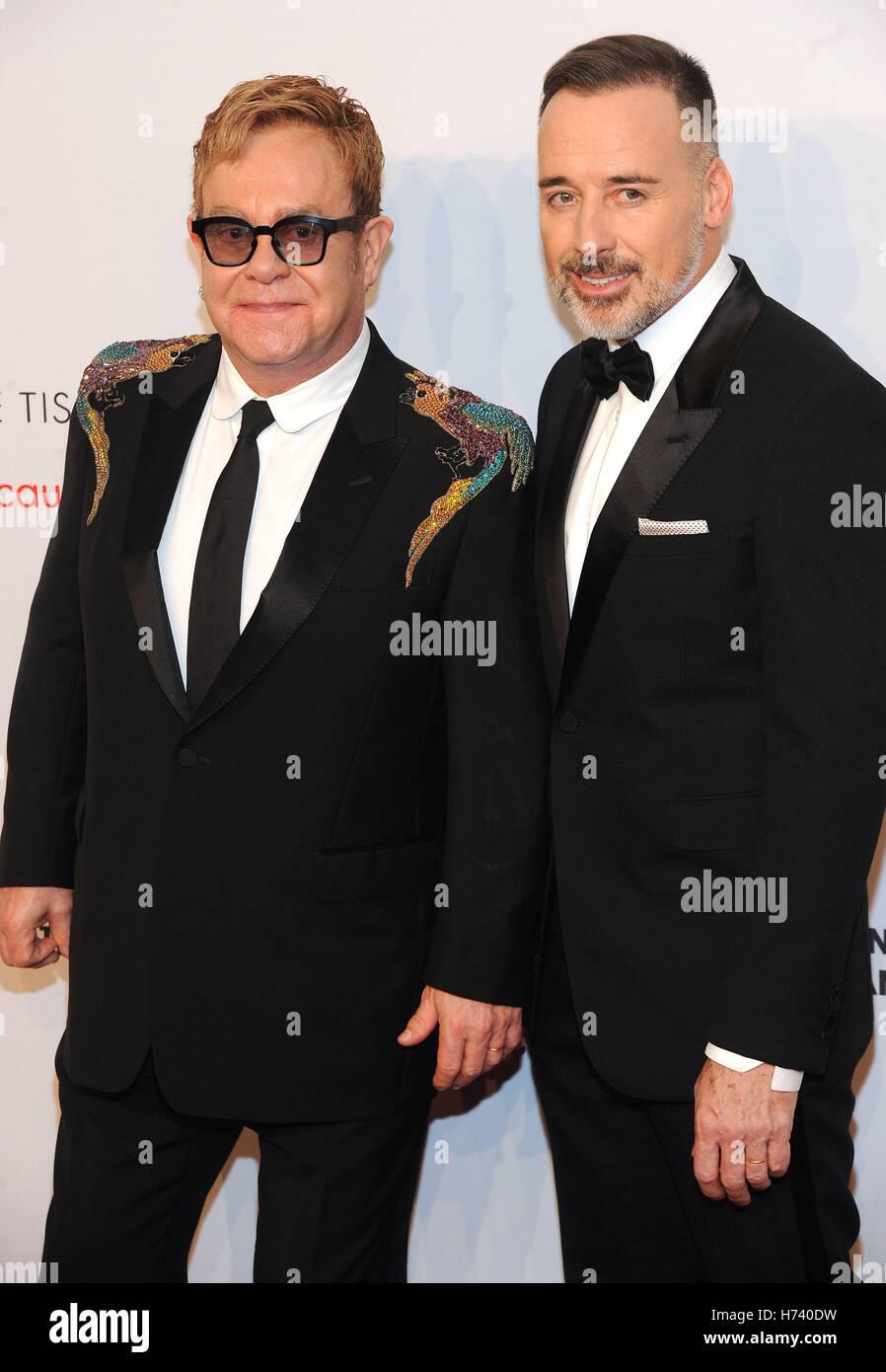New York, NY, USA. 2. November 2016. Sir Elton John und David Furnish besuchen Sie 15. jährlichen Elton John Stockbild