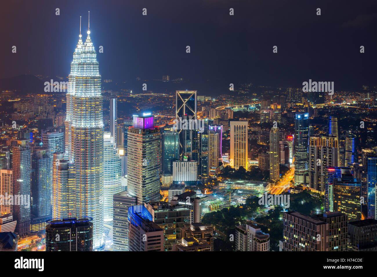 Skyline von Kuala Lumpur und Wolkenkratzer in der Nacht in Kuala Lumpur, Malaysia. Stockbild
