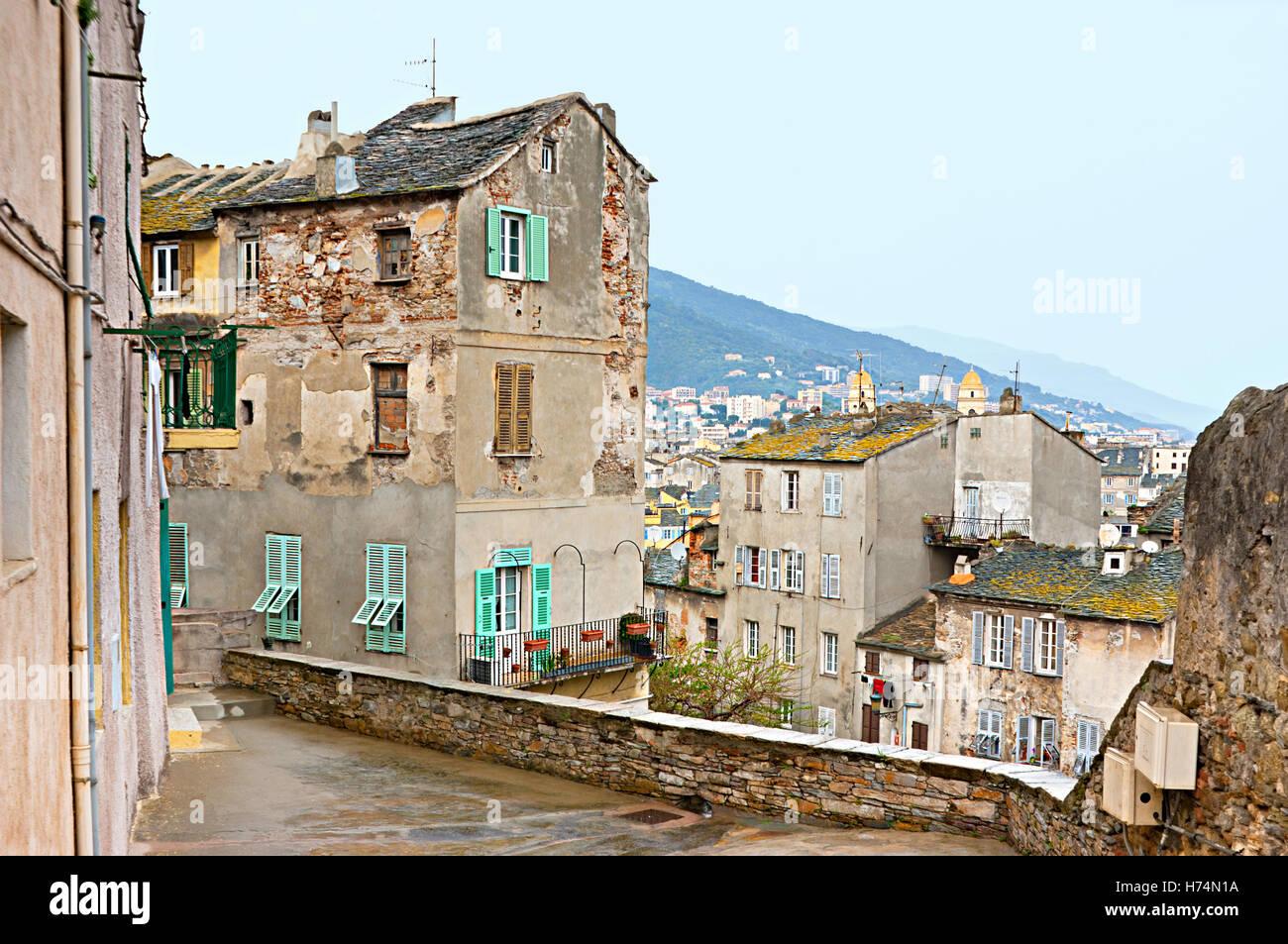 Die schlecht erhaltenen Häuser in der alten Nachbarschaft, Bastia, Korsika, Frankreich. Stockbild
