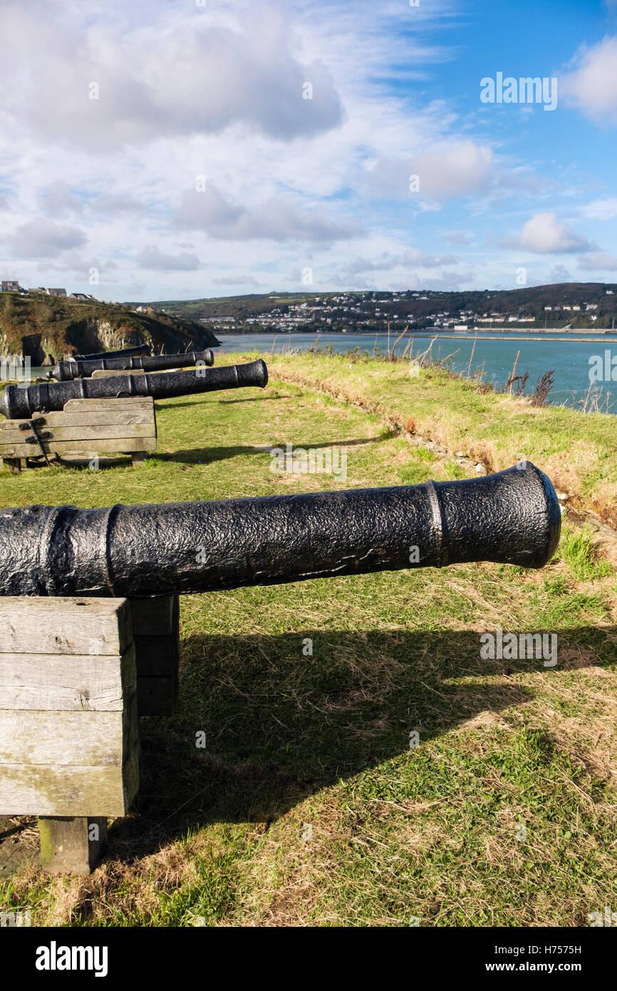 Alt 9 Pounder Gewehren im 18. Jahrhundert Fort Ruinen 1781 auf einer Landzunge mit Blick auf Port. Fishguard, Pembrokeshire, Stockbild