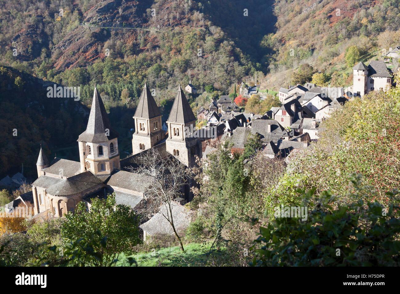 Ein hohen Winkel auf das Dorf von Conques (Frankreich) von einem herbstlichen Morgen erschossen. Contre-Plongée Stockbild