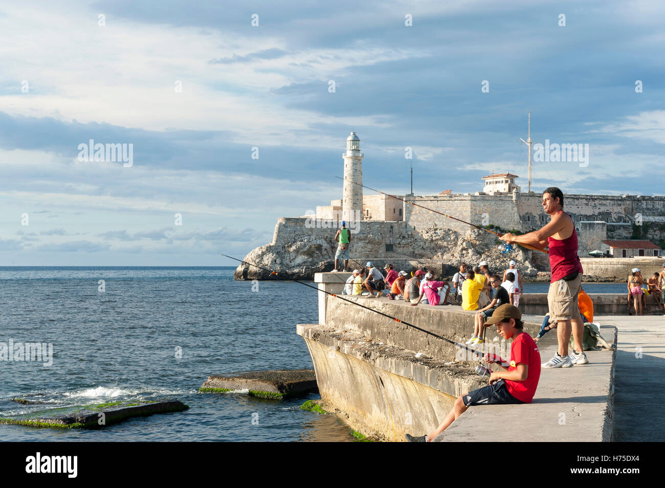 Havanna - 23. Mai 2011: Kubaner Gather zu Fischen und knüpfen an die Wand des Malecon, ein beliebter Treffpunkt Stockbild