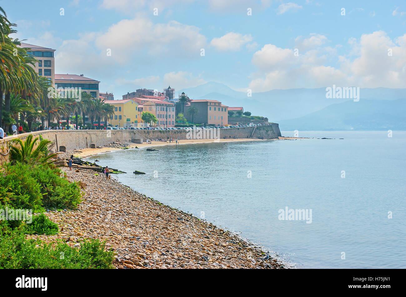 Der Spaziergang entlang der Küste von Ajaccio, eines der schönsten Resorts von Korsika, Frankreich. Stockbild