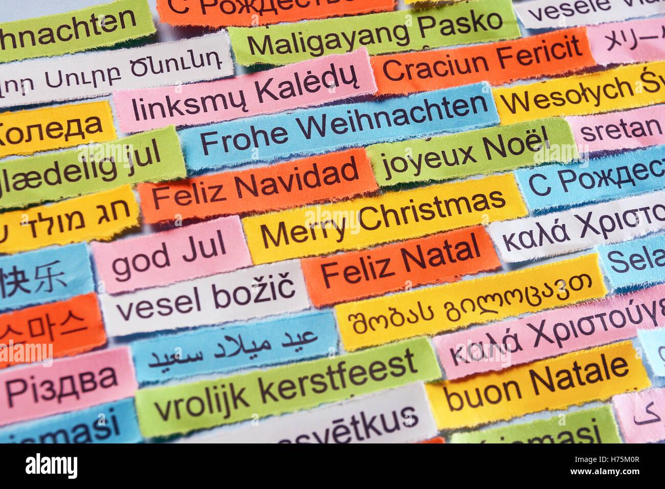Frohe Weihnachten-Wortwolke auf farbiges Papier verschiedene ...