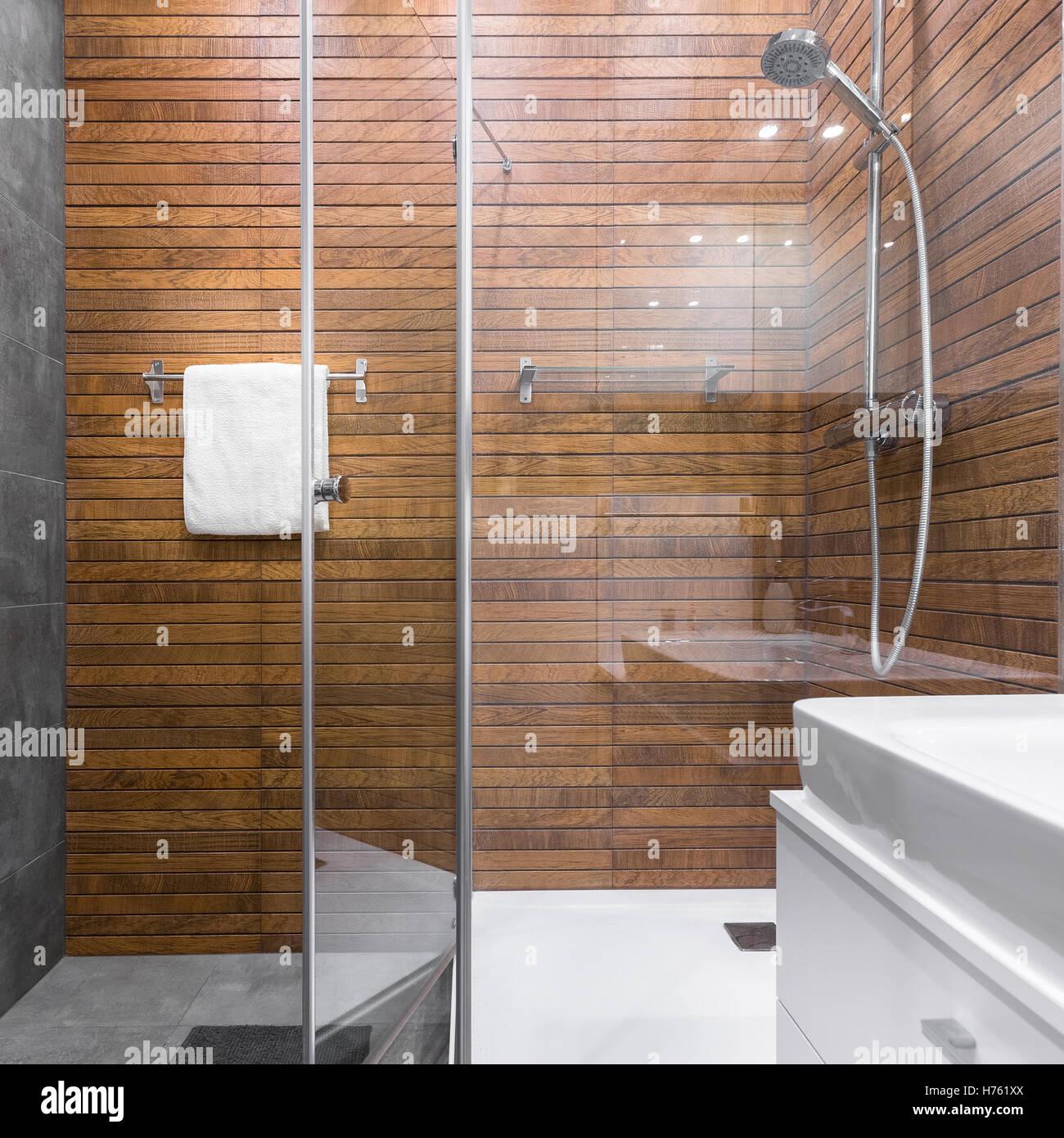 Modernes Bad Mit Begehbarer Dusche Und Hölzerne Effekt Fliesen