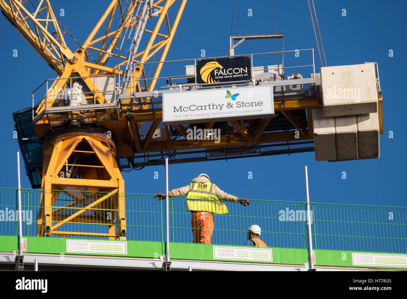 Bauherren, die Arbeit an den Ruhestand Eigenschaften gegenüber South Parade Pier in Southsea Stockbild