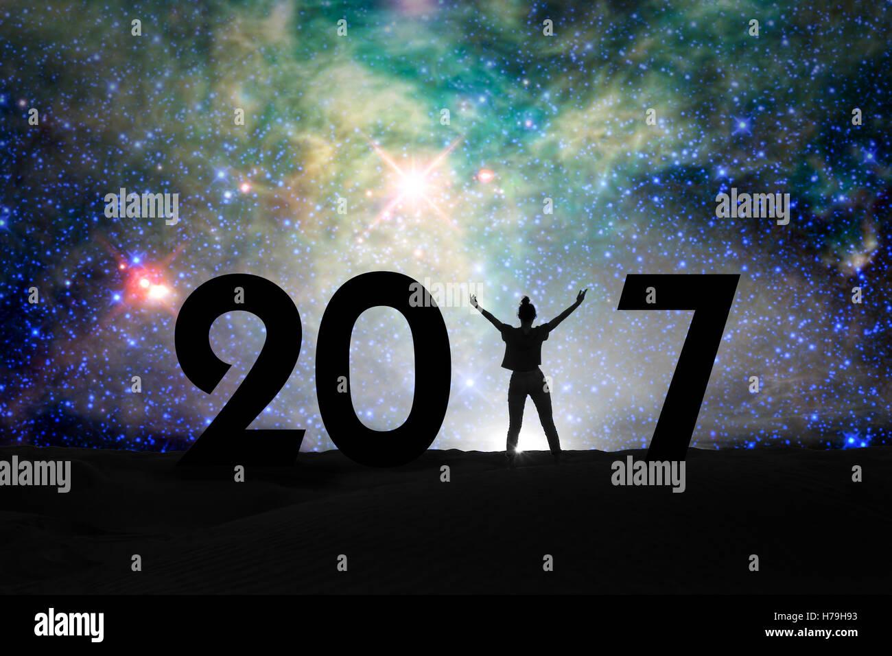 2017, Silhouette einer Frau und Sternennacht, 2017 Neujahr Konzept Stockbild