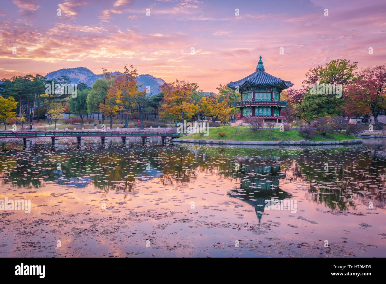 Sonnenuntergang Herbst Gyeongbokgung Palast in Seoul, Korea. Stockbild