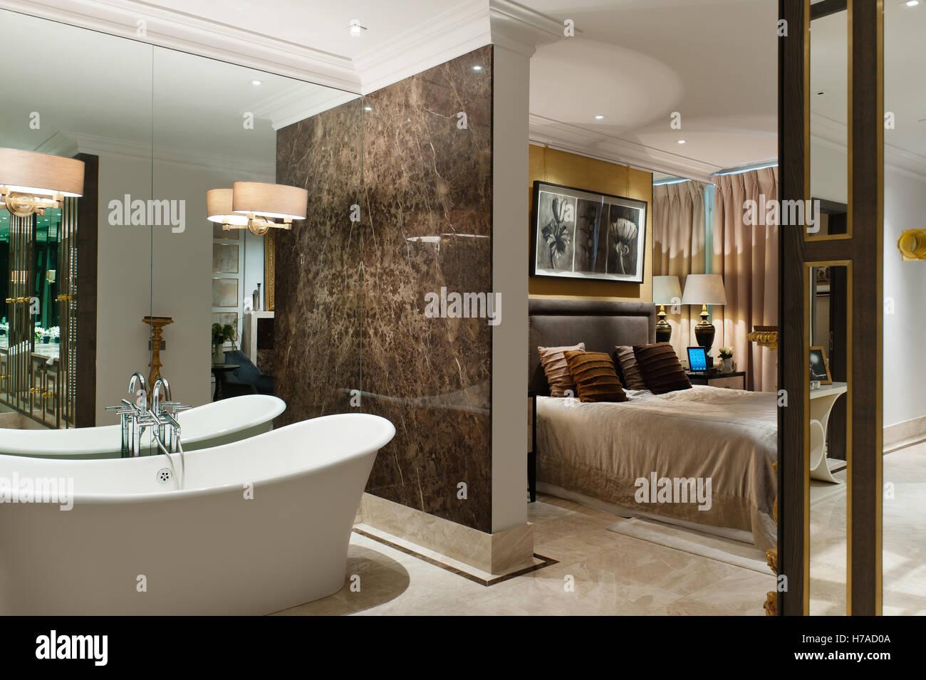 Freistehende Bad Badewanne Mit Marmor Trennwand Zum Schlafzimmer Mit  Doppelbett Im Königreich Nach Hause