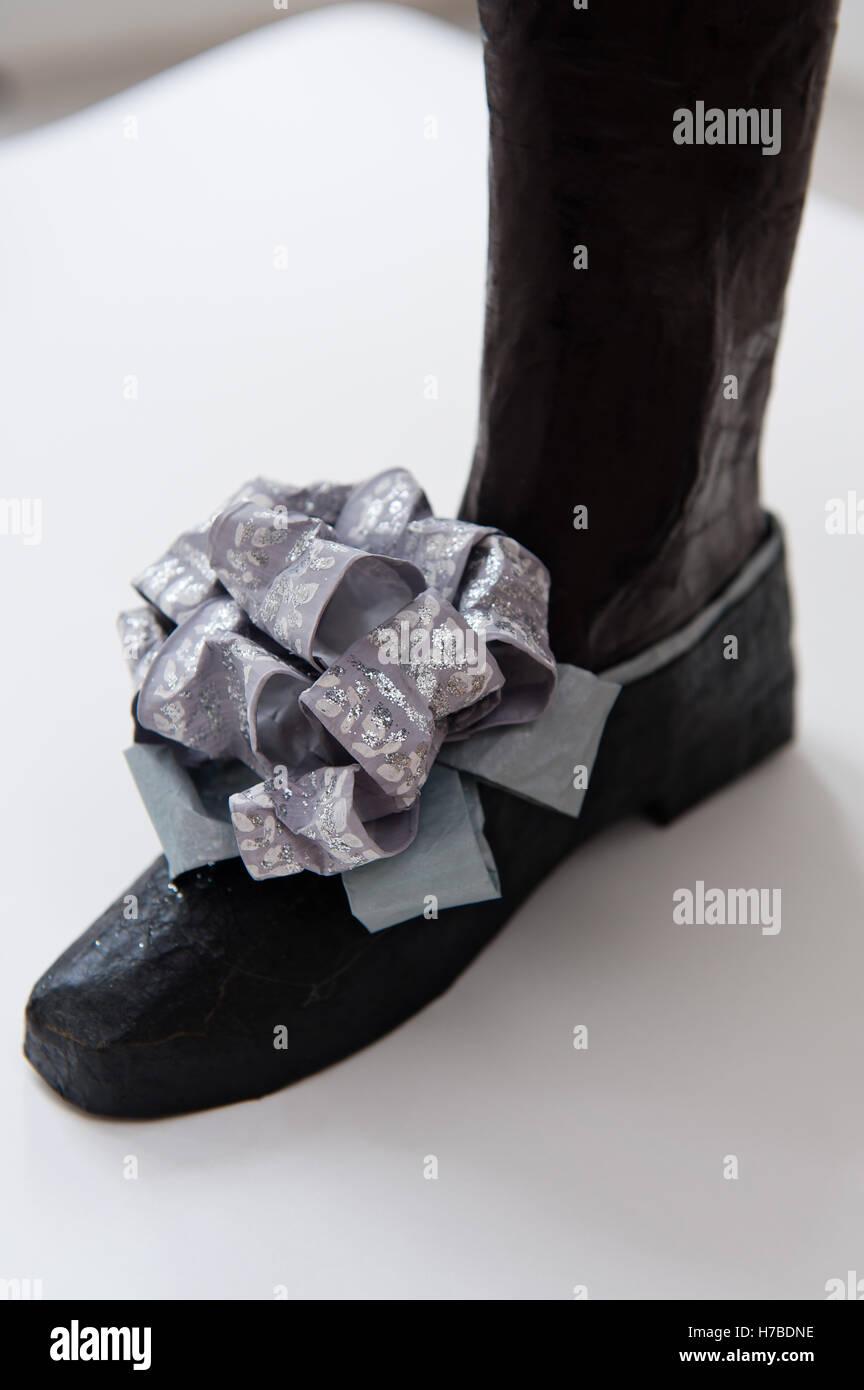 c27fb28c6d97 Schwarzer Schuh mit lila Schleife, historische Replik Papier Schuhe von  Isabelle de Borchgrave Stockbild